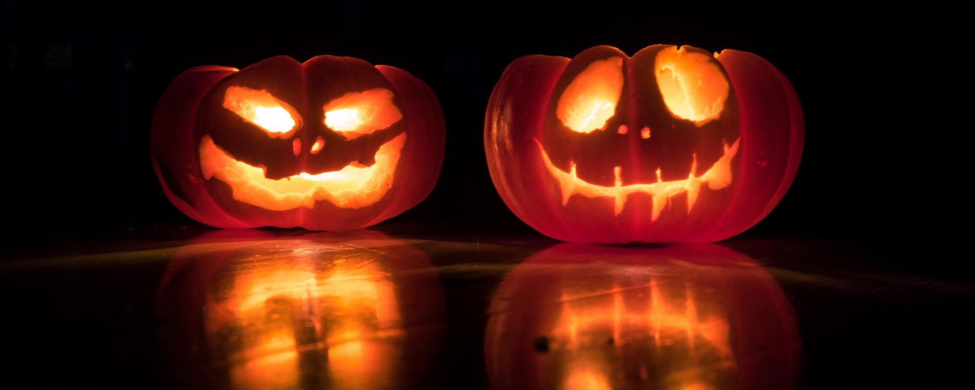 Två stycken halloween-pumpor lyser.