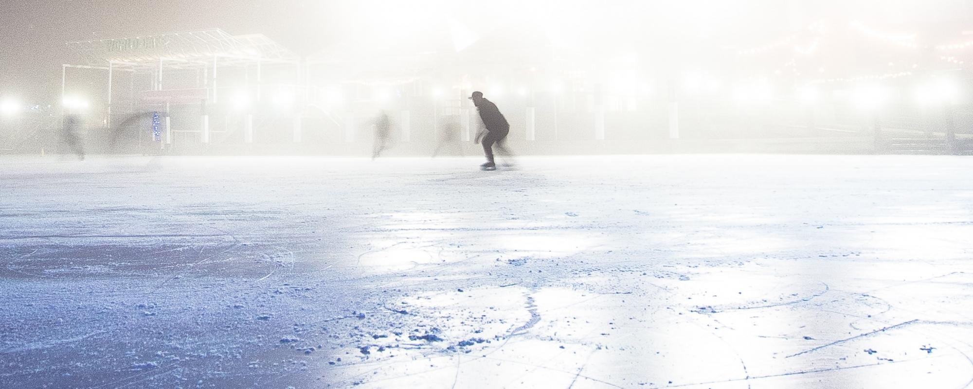 En person åker skridskor på en isbana.