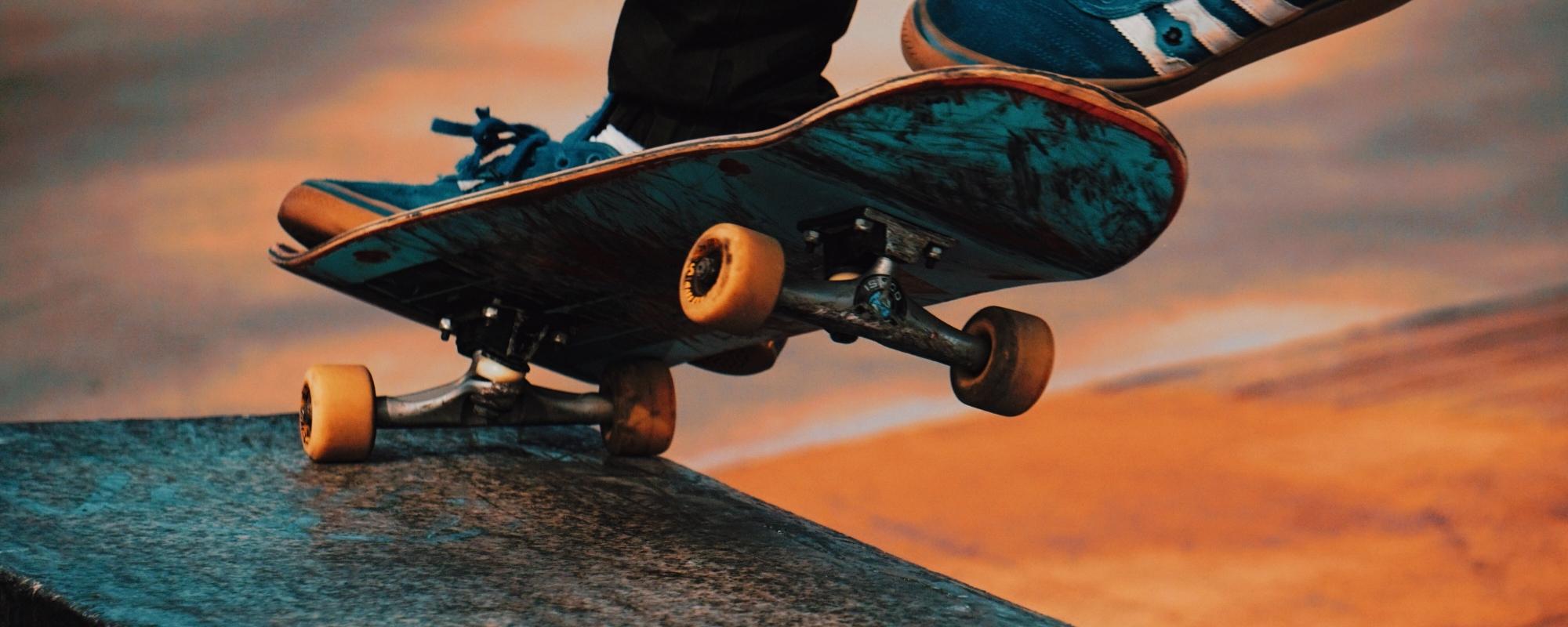 En person som åker skateboard.