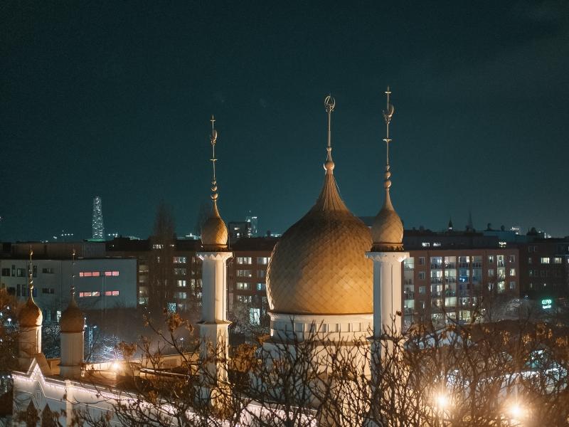 Moriska Paviljongens kupoler i kvällsbelysning. Det är mörkt ute och bilden är tagen från luften
