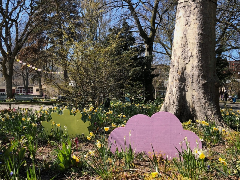 Både dekor och rabatter visar att våren är kommen i parken