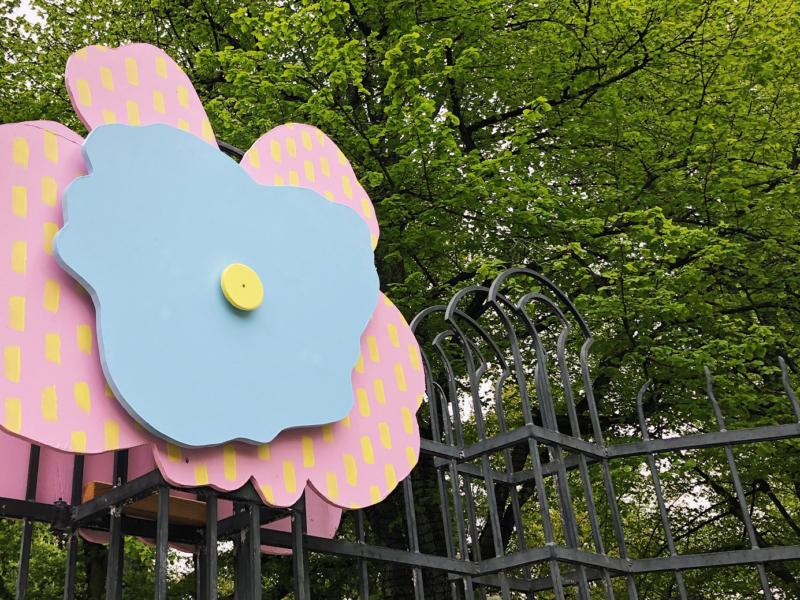 Smidesstaketen runt parken målas om