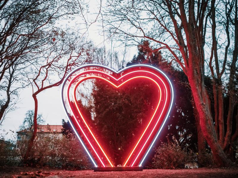 Kärlekskullen lyses upp av ett gigantiskt hjärta som skiftar i färg.