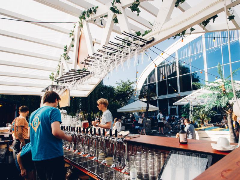 Bild på baren och uteserveringen inne på Grand i Parken